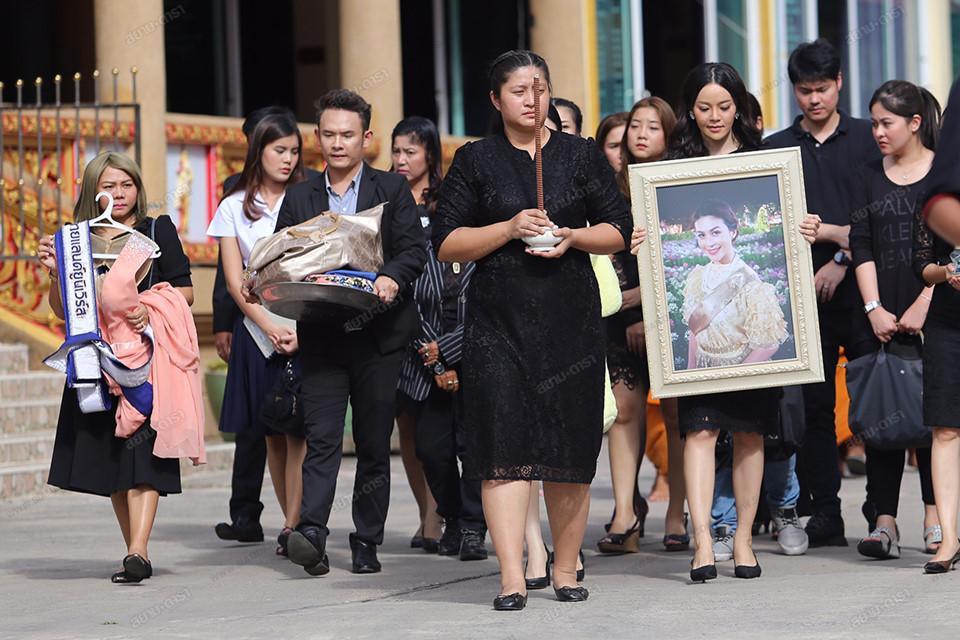 Gia đình, bạn bè khóc ngất trong lễ hỏa táng Á hậu Thái Lan Nursara Suknamai-2