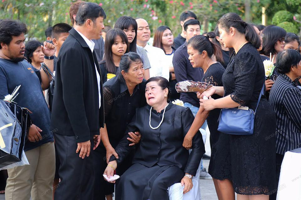 Gia đình, bạn bè khóc ngất trong lễ hỏa táng Á hậu Thái Lan Nursara Suknamai-3