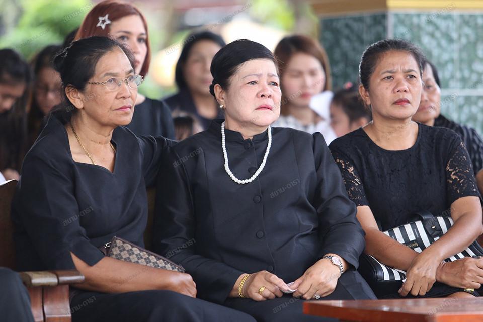 Gia đình, bạn bè khóc ngất trong lễ hỏa táng Á hậu Thái Lan Nursara Suknamai-4