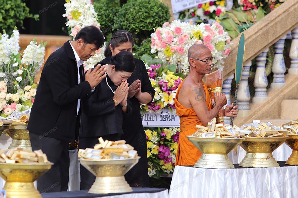 Gia đình, bạn bè khóc ngất trong lễ hỏa táng Á hậu Thái Lan Nursara Suknamai-5