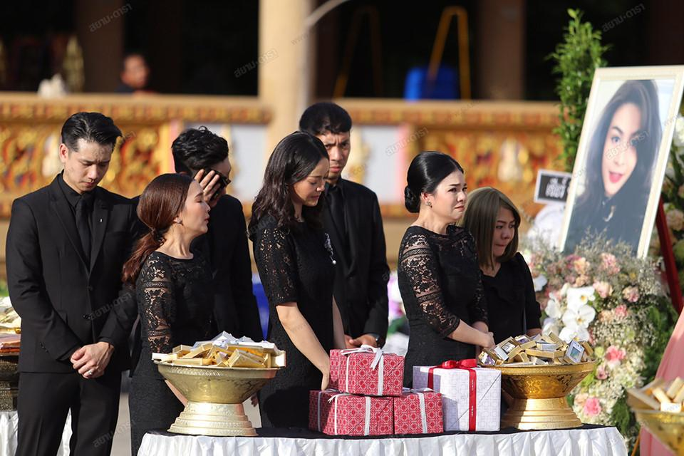 Gia đình, bạn bè khóc ngất trong lễ hỏa táng Á hậu Thái Lan Nursara Suknamai-6