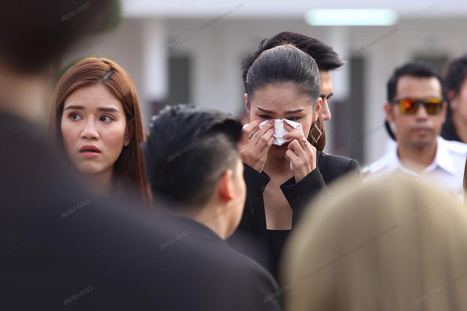 Gia đình, bạn bè khóc ngất trong lễ hỏa táng Á hậu Thái Lan Nursara Suknamai-7