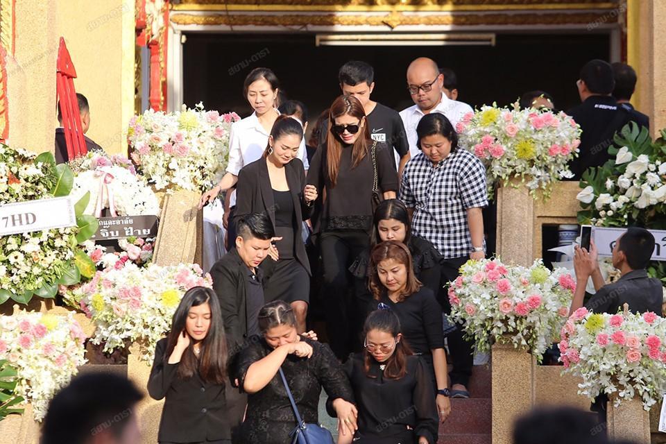 Gia đình, bạn bè khóc ngất trong lễ hỏa táng Á hậu Thái Lan Nursara Suknamai-9