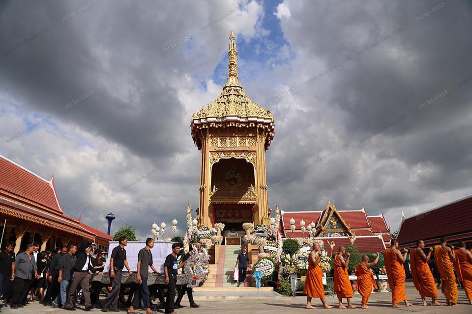 Gia đình, bạn bè khóc ngất trong lễ hỏa táng Á hậu Thái Lan Nursara Suknamai-10