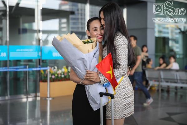 Trần Tiểu Vy xuất hiện xinh như hoa tại sân bay, chính thức lên đường chinh chiến Hoa hậu Thế Giới 2018-3