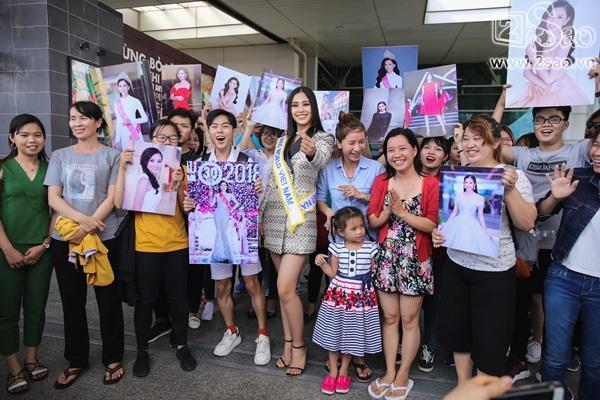 Trần Tiểu Vy xuất hiện xinh như hoa tại sân bay, chính thức lên đường chinh chiến Hoa hậu Thế Giới 2018-6