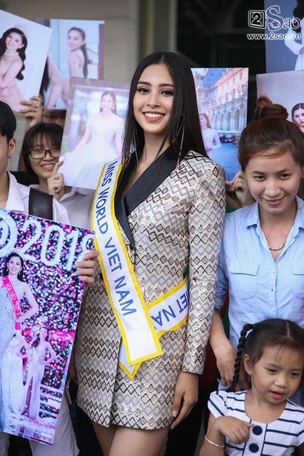 Trần Tiểu Vy xuất hiện xinh như hoa tại sân bay, chính thức lên đường chinh chiến Hoa hậu Thế Giới 2018-9