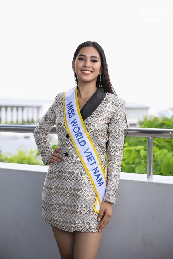 Trần Tiểu Vy xuất hiện xinh như hoa tại sân bay, chính thức lên đường chinh chiến Hoa hậu Thế Giới 2018-11