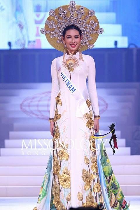 Đại diện Việt Nam Thùy Tiên suýt ngã khi trình diễn quốc phục, trượt top 15 người đẹp nhất Hoa hậu Quốc tế 2018-1