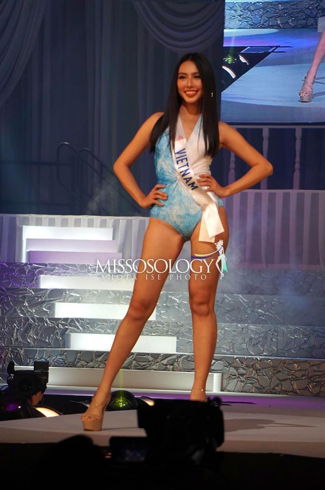 Đại diện Việt Nam Thùy Tiên suýt ngã khi trình diễn quốc phục, trượt top 15 người đẹp nhất Hoa hậu Quốc tế 2018-5