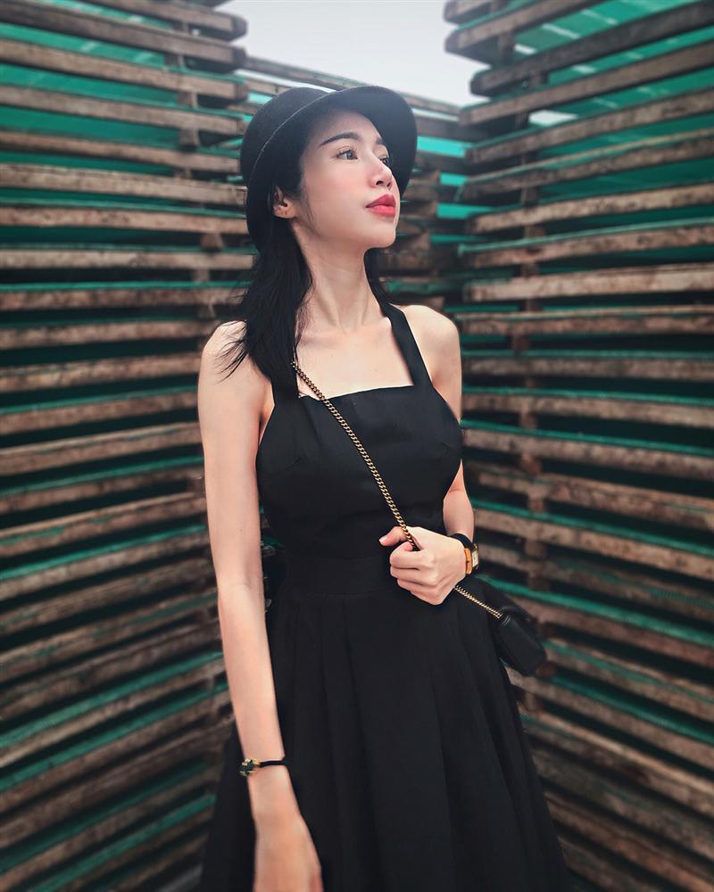Trước khi khiến khán giả khiếp sợ vì xương vai nhô lên như kiếm, Elly Trần từng nhiều lần lộ thân hình trơ xương-4