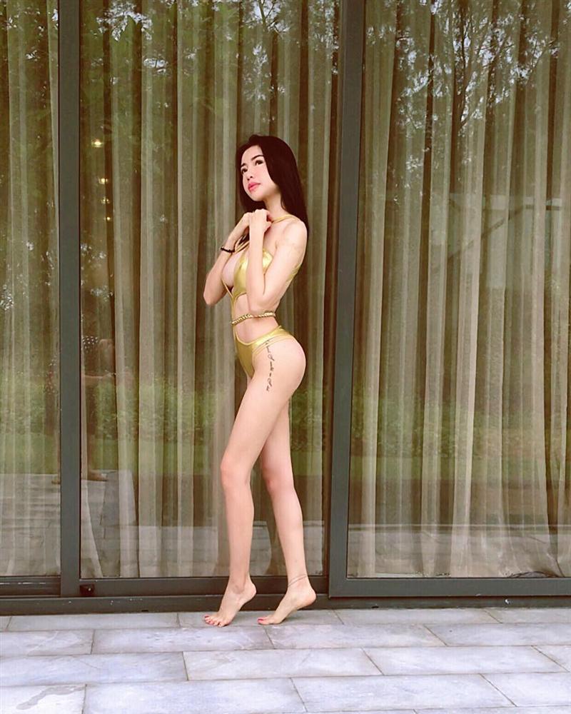 Trước khi khiến khán giả khiếp sợ vì xương vai nhô lên như kiếm, Elly Trần từng nhiều lần lộ thân hình trơ xương-3