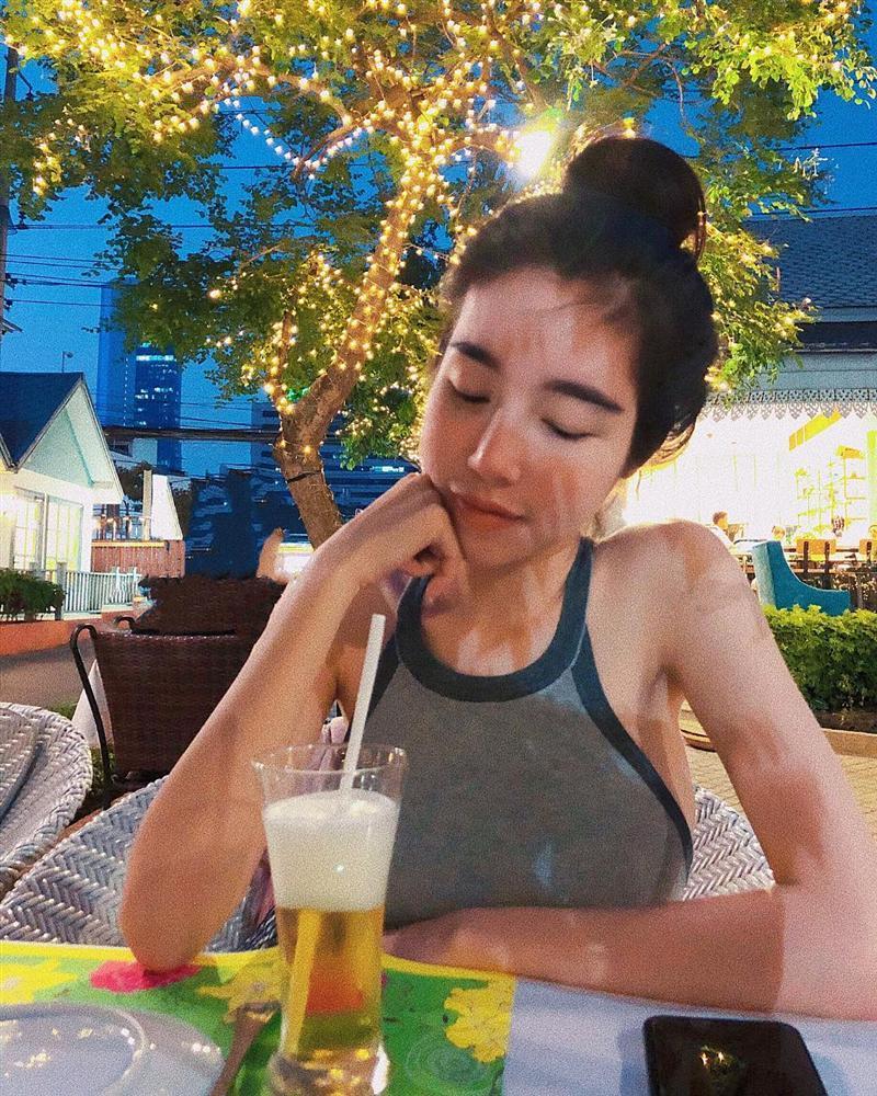 Trước khi khiến khán giả khiếp sợ vì xương vai nhô lên như kiếm, Elly Trần từng nhiều lần lộ thân hình trơ xương-11