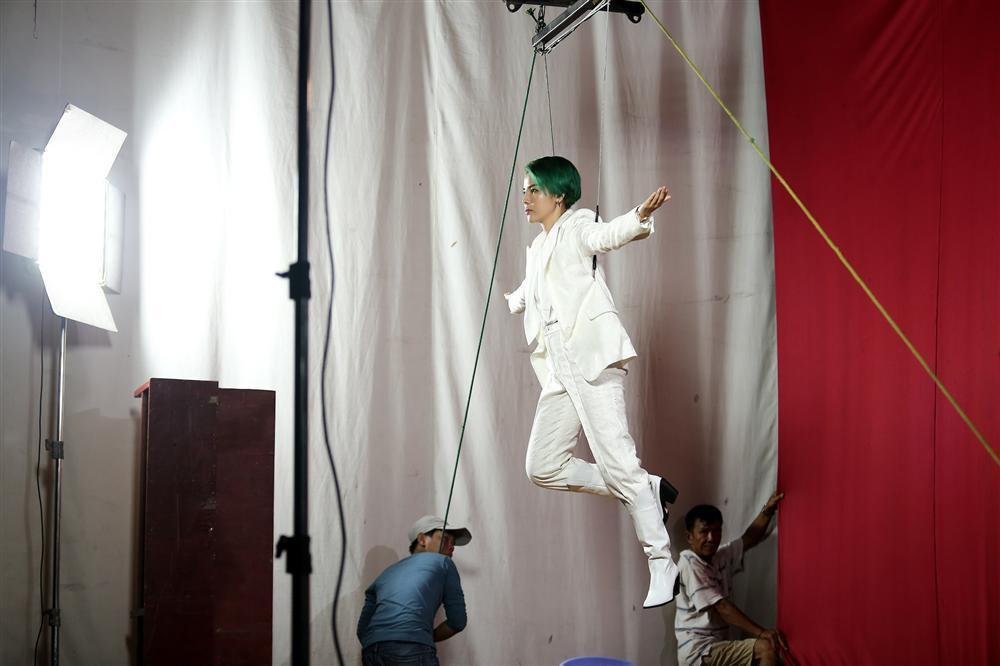 Vũ Cát Tường không ngại nguy hiểm, treo mình trên cao 8 tiếng tập luyện cho liveshow tiền tỷ-4