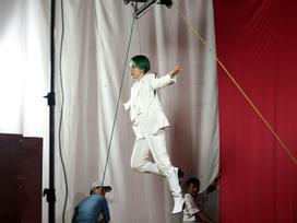 Vũ Cát Tường không ngại nguy hiểm, treo mình trên cao 8 tiếng tập luyện cho liveshow tiền tỷ