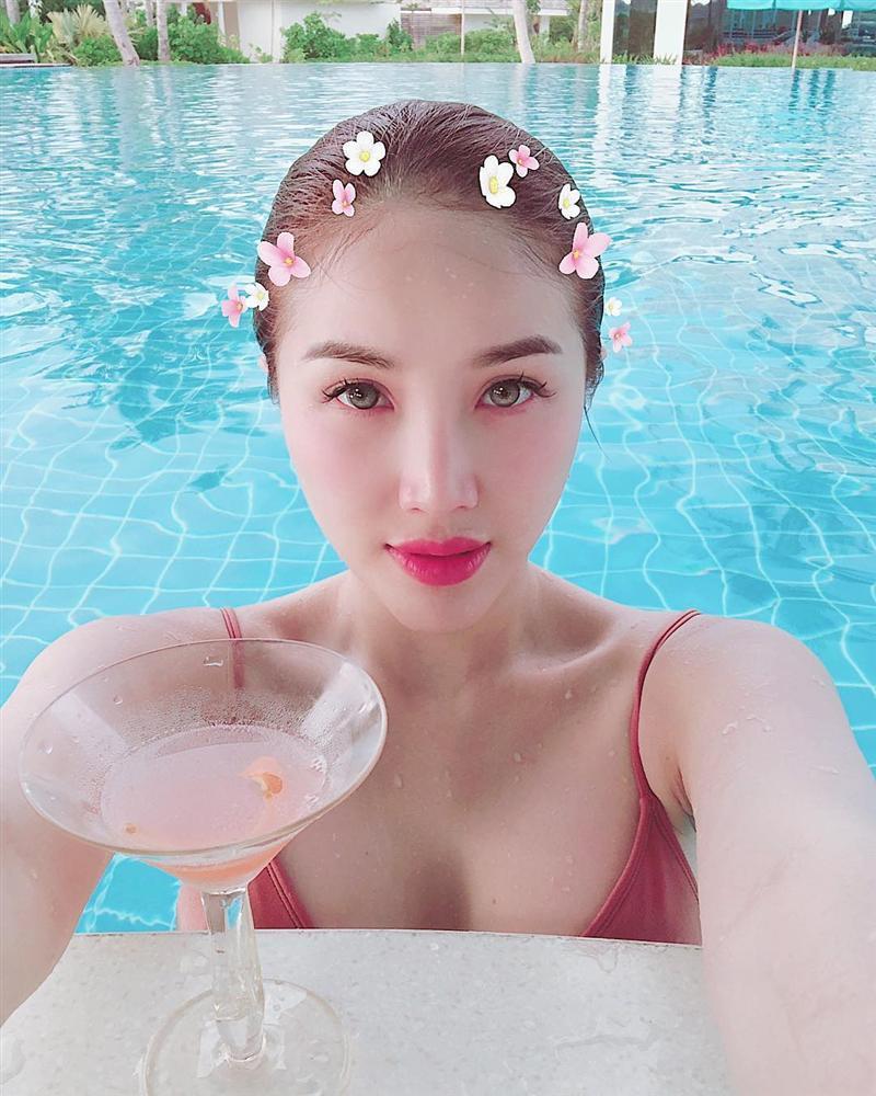 Khoe khoảnh khắc sexy bên bể bơi, Bảo Thy tự tin cho mình là: Nữ thần biển cả phiên bản tả thực-1