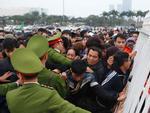 CĐV chen lấn đổ hàng rào để mua vé xem AFF Cup