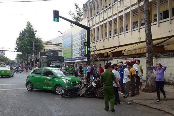 Taxi Mai Linh lùa hàng loạt xe máy, nhiều người la hét kêu cứu-1