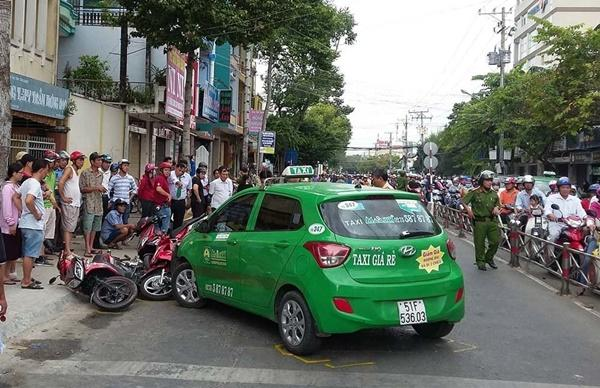 Taxi Mai Linh lùa hàng loạt xe máy, nhiều người la hét kêu cứu-2