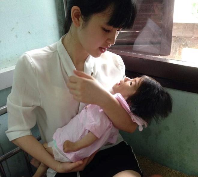 Hình ảnh mới nhất về mẹ nuôi bé gái suy dinh dưỡng ở Lào Cai: Bầu 7 tháng nhưng được khen đẹp như thiên thần-1