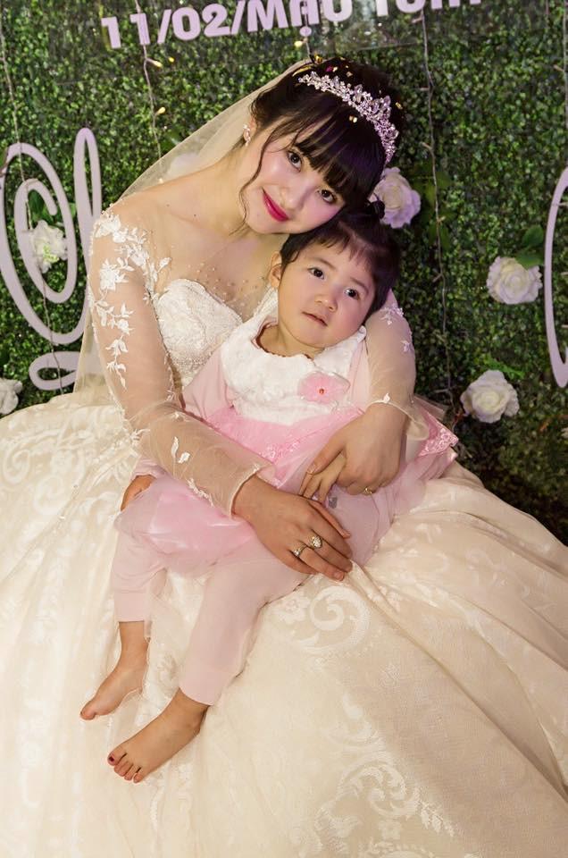 Hình ảnh mới nhất về mẹ nuôi bé gái suy dinh dưỡng ở Lào Cai: Bầu 7 tháng nhưng được khen đẹp như thiên thần-2