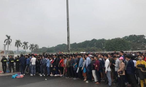 Sếp VFF nói gì khi CĐV chen chúc mua vé xem Việt Nam vs Malaysia?-1