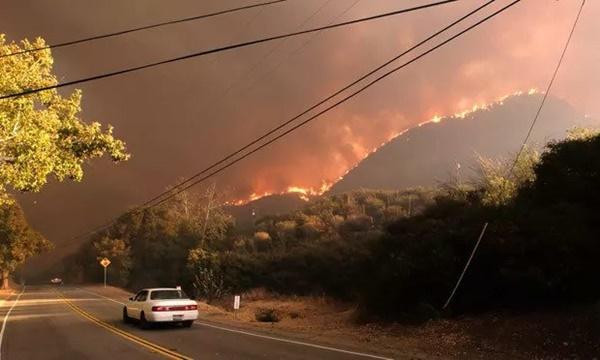 Cháy rừng dữ dội ở Mỹ, 25 người thiệt mạng-3