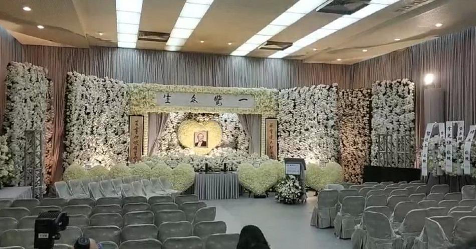 Hàng dài hoa tươi tràn ngập lễ tang vĩnh biệt minh chủ võ lâm Kim Dung-1