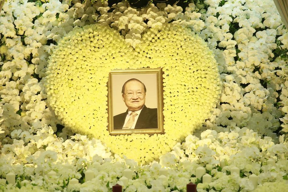 Hàng dài hoa tươi tràn ngập lễ tang vĩnh biệt minh chủ võ lâm Kim Dung-2