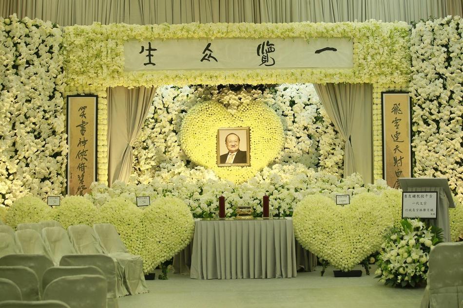 Hàng dài hoa tươi tràn ngập lễ tang vĩnh biệt minh chủ võ lâm Kim Dung-3