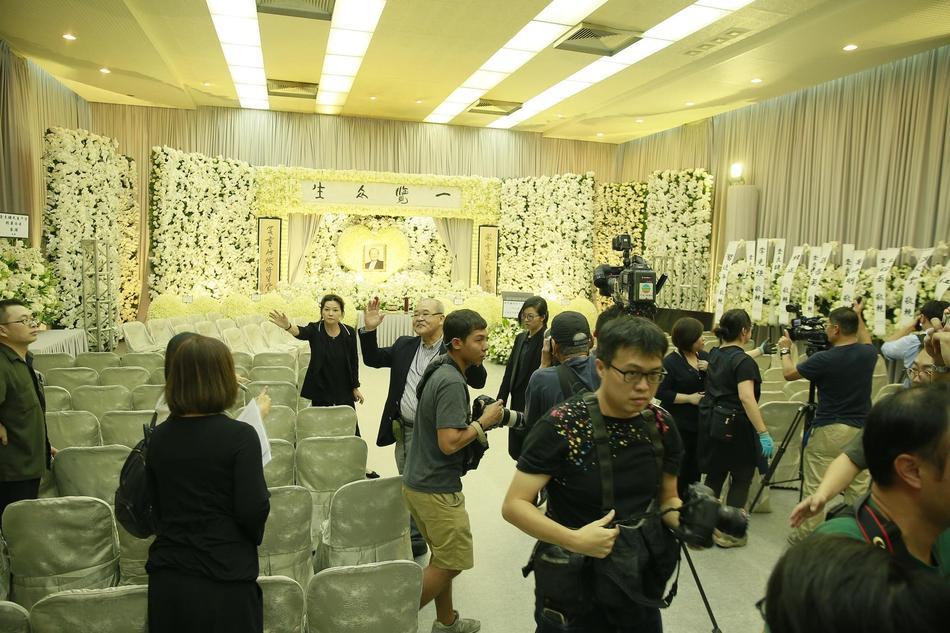 Hàng dài hoa tươi tràn ngập lễ tang vĩnh biệt minh chủ võ lâm Kim Dung-4