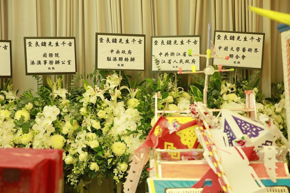 Hàng dài hoa tươi tràn ngập lễ tang vĩnh biệt minh chủ võ lâm Kim Dung-5