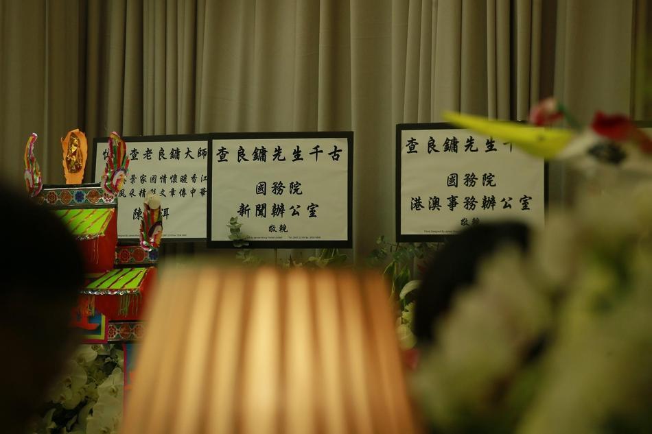 Hàng dài hoa tươi tràn ngập lễ tang vĩnh biệt minh chủ võ lâm Kim Dung-7