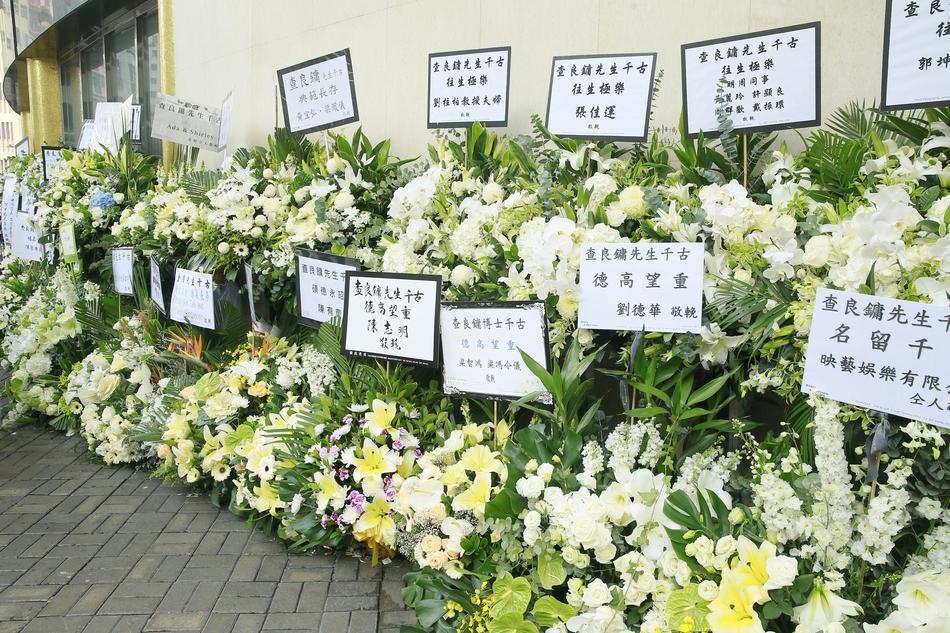 Hàng dài hoa tươi tràn ngập lễ tang vĩnh biệt minh chủ võ lâm Kim Dung-9