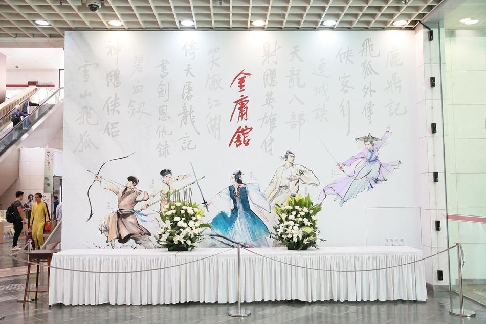 Hàng dài hoa tươi tràn ngập lễ tang vĩnh biệt minh chủ võ lâm Kim Dung-13