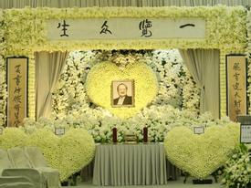 Hàng dài hoa tươi tràn ngập lễ tang vĩnh biệt 'minh chủ võ lâm' Kim Dung