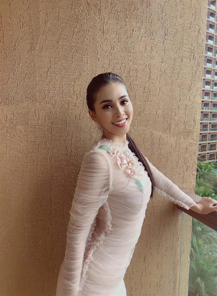 Liên tiếp diện đầm hồng phong thủy, Tiểu Vy được khen khôn ngoan khi chinh chiến Miss World 2018-2