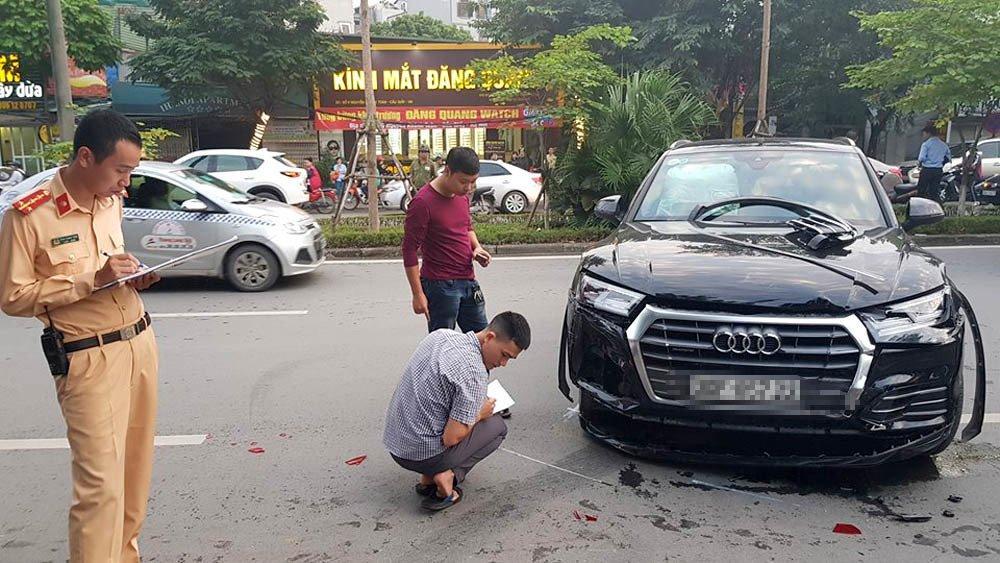 Audi Q5 húc méo Mercedes, 1 người gãy chân trên phố Hà Nội-3