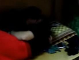 Lại xuất hiện thêm hình ảnh nữ sinh đưa bạn trai về ký túc xá âu yếm khiến người xung quanh đỏ mặt