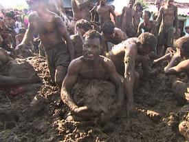 Người dân chất phân bò thành đống lớn rồi ném lên người nhau