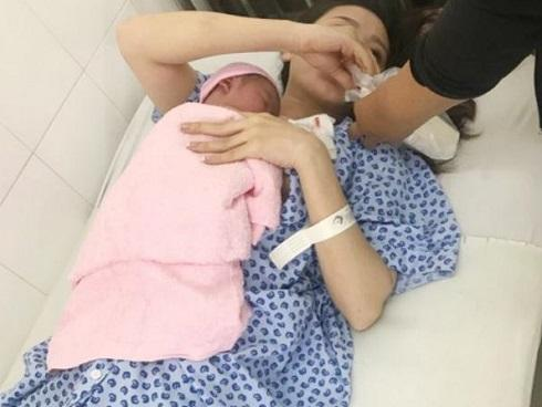 Vợ trở dạ tại nhà, chồng ra tay đỡ đẻ phát hiện cảnh tượng kinh hoàng khi bé chào đời-6