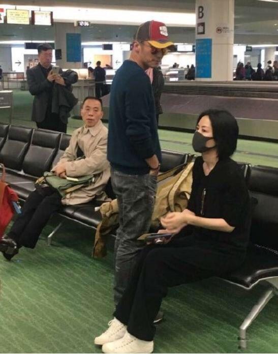 Vương Phi - Tạ Đình Phong liên tục bị bắt gặp tình tứ ở sân bay-1