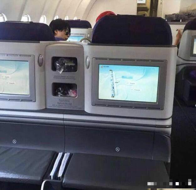 Vương Phi - Tạ Đình Phong liên tục bị bắt gặp tình tứ ở sân bay-2