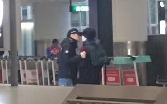 Vương Phi - Tạ Đình Phong liên tục bị bắt gặp tình tứ ở sân bay-4