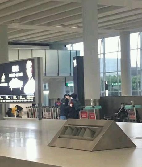 Vương Phi - Tạ Đình Phong liên tục bị bắt gặp tình tứ ở sân bay-5