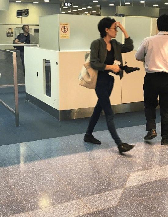 Vương Phi - Tạ Đình Phong liên tục bị bắt gặp tình tứ ở sân bay-10