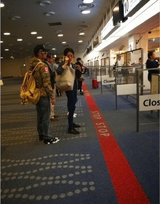 Vương Phi - Tạ Đình Phong liên tục bị bắt gặp tình tứ ở sân bay-9