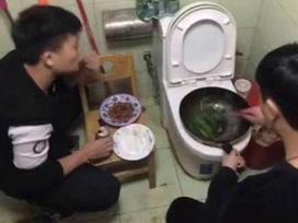 Ở ký túc xá phải nấu ăn trộm, sinh viên Trung Quốc gây sốc khi xào rau trên bồn cầu