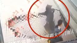Vỉa hè bất ngờ sụp xuống, 'nuốt chửng' người phụ nữ ở Trung Quốc