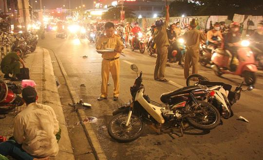 Ôtô tông hàng loạt xe máy, 1 người chết, nhiều người bị thương-1